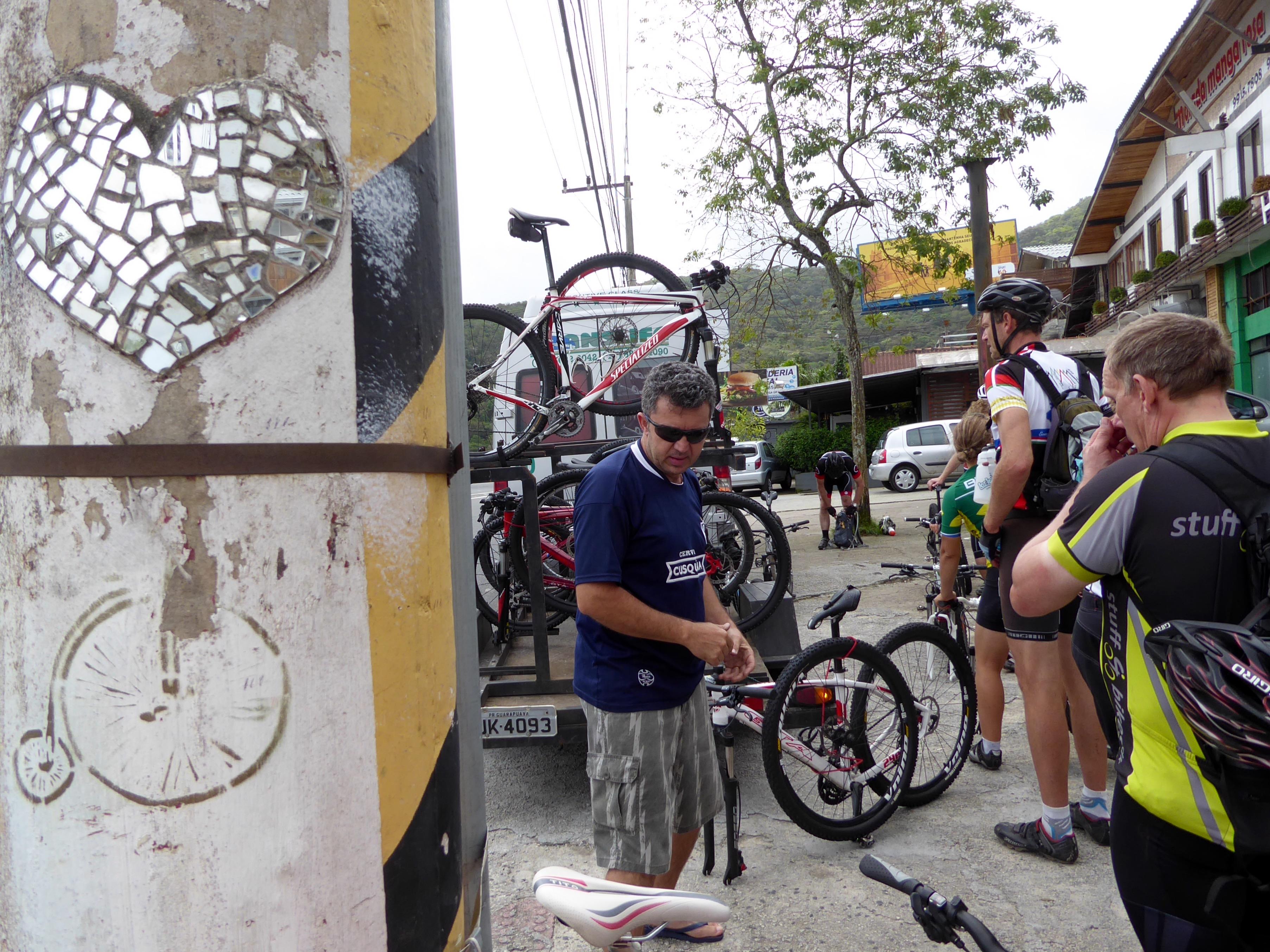 Vi pakker cyklerne på bussens trailer... og meget symbolsk er der en væltepeter på lygtepælen.