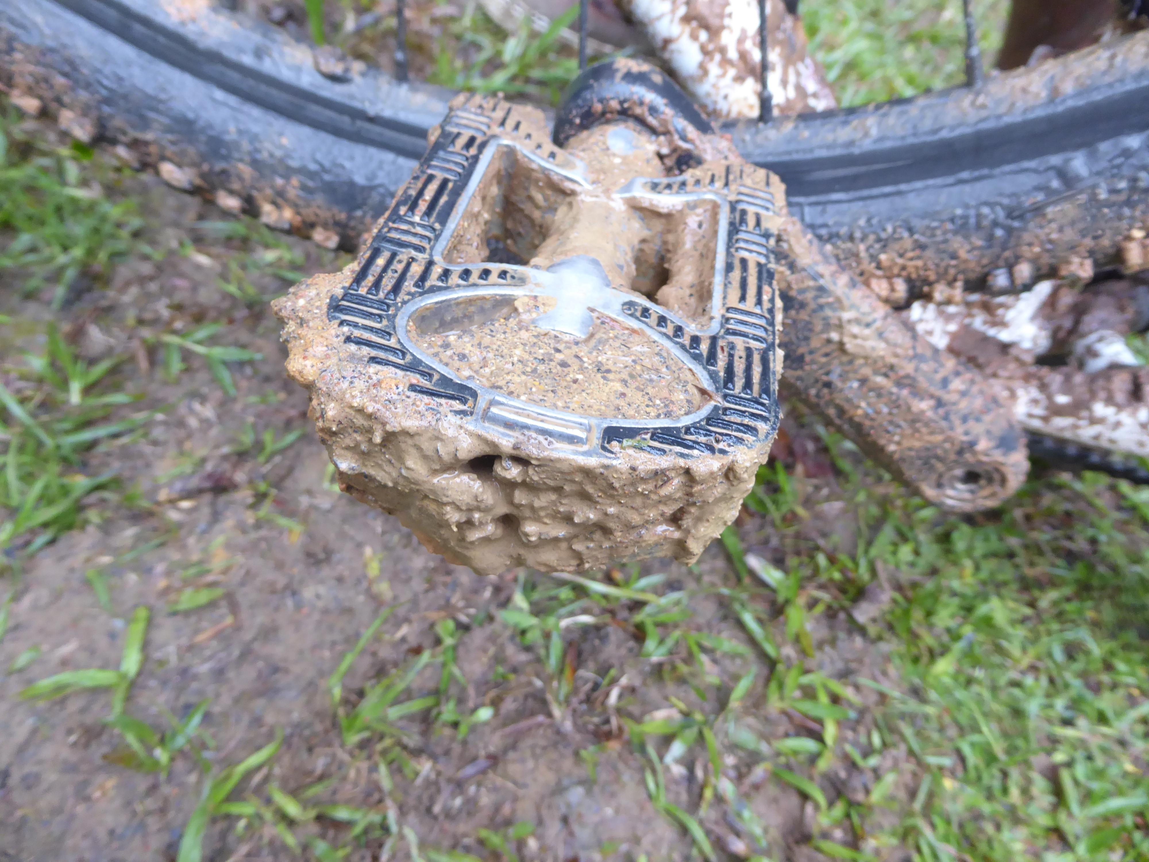 En pedal fyldt med mudder.