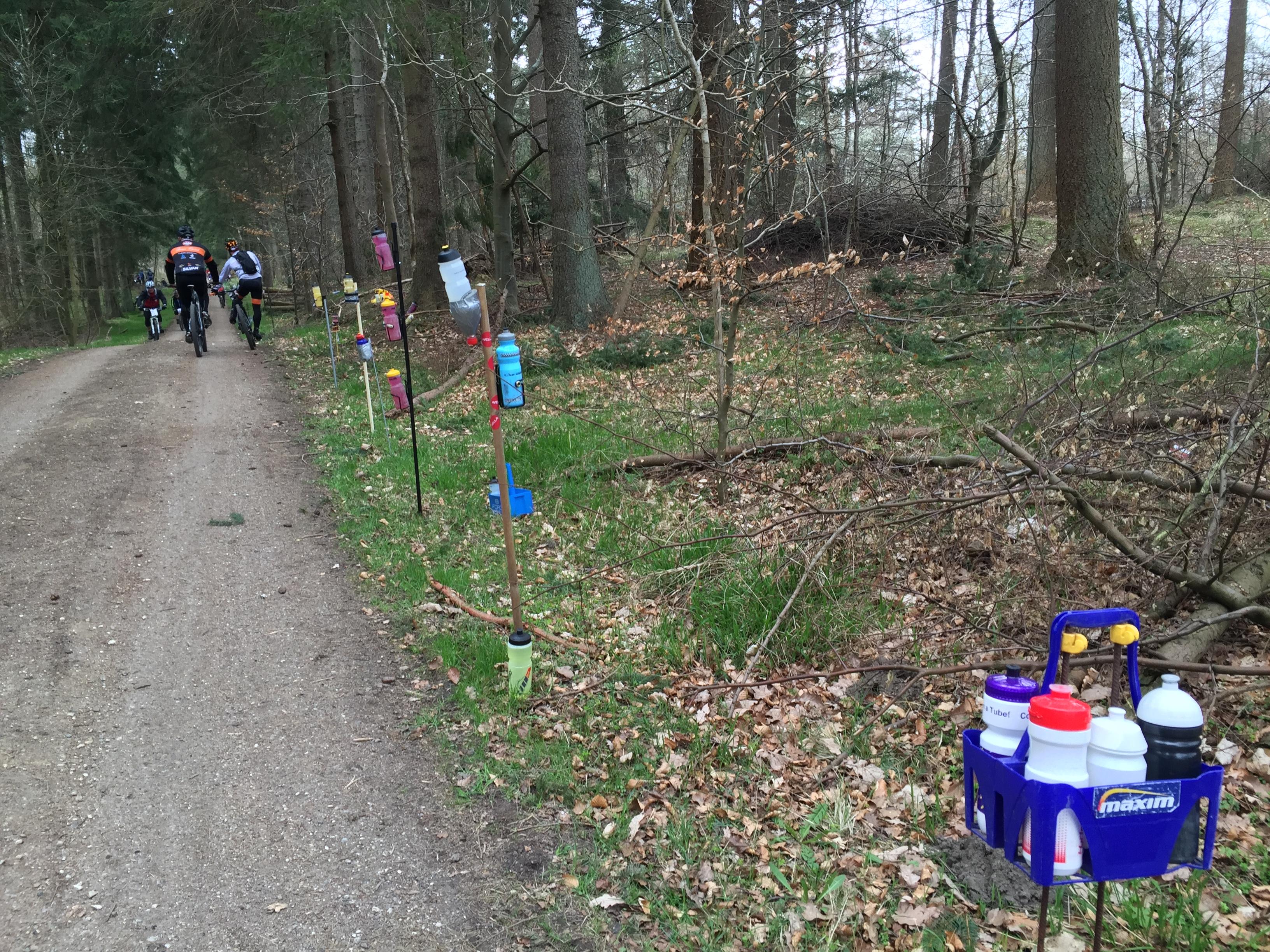"""En hel skov af """"skifte-flasker"""" står klar ved målzonen. 15 min. til start."""